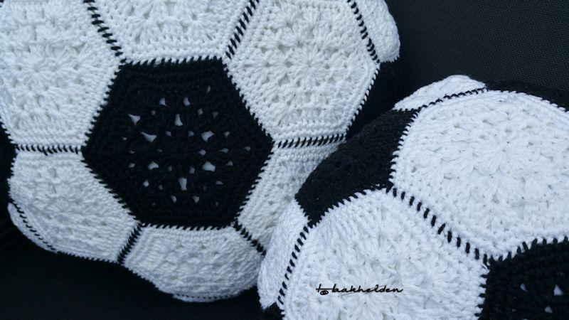 Kussen Wit 13 : De bezige vingers sharina u voetbalkussens u de haakhelden
